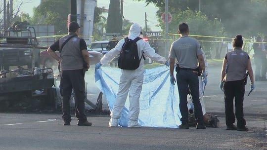 Personal forense en México identifica cuerpos en una zona de accidente. Foto archivo.