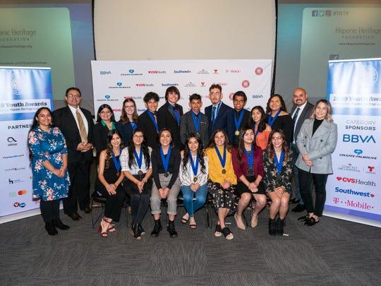 Integrantes de Hispanic Heritage Foundation posaron con los futuros líderes de la comunidad hispana del Valle.