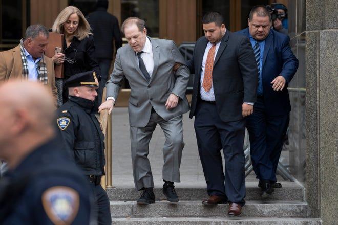 Harvey Weinstein, Mitte, verlässt das Gericht nach einer Gerichtsverhandlung am 6. Dezember 2019 in New York.