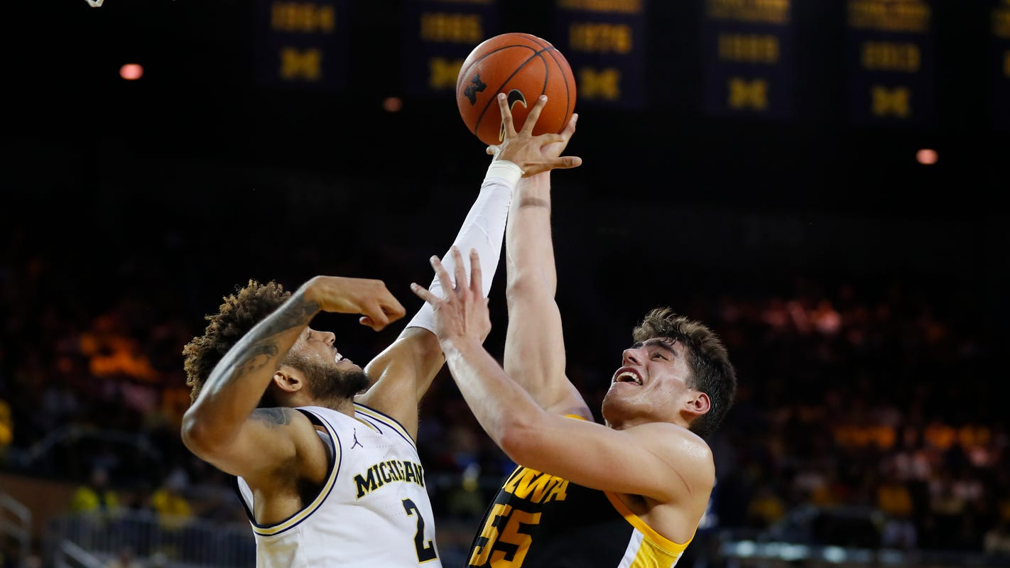 Iowa basketball: Garza's monster effort not enough against Michigan
