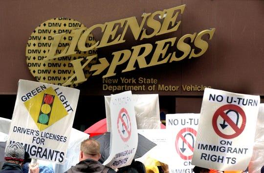 Grupos pro-inmigrantes se manifiestan afuera del DMV de New York.