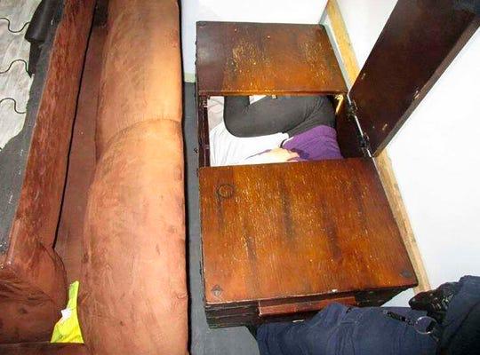 Dentro de este baúl de madera se observa al menos una persona muy acurrucada.