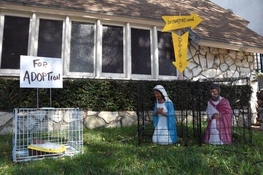 Vista de un nacimiento con los personajes separados en jaulas este lunes, en la iglesia Founders Metropolitan Community de Los Ángeles, California (EEUU).