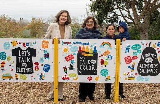 Katy Castagna, a la izquierda, presidenta y directora general de United Way se encuentra de pie junto a Gloria De La Rosa, en el centro, concejal municipal, y la residente de Salinas Lidia Camacho en la ceremonia de corte de listón el 11 de diciembre de 2019.