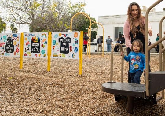 Funcionarios de Salinas celebraron la finalización de las mejoras de alfabetización en el Hebbron Tot Lot que se encuentra junto al Hebbron Family Center de la zona este de Salinas con una ceremonia de corte de listón el 11 de diciembre de 2019.