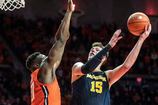 Michigan's Jon Teske (15) shoots over Illinois' Da'Monte Williams.