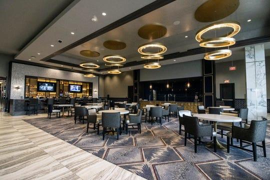 Caesars Southern Indiana secara resmi membuka kasino berbasis darat baru senilai $ 90 juta dolar pada hari Kamis setelah 21 tahun menjadi operasi perahu sungai.  Fasilitas 110.000 kaki persegi menggabungkan semua permainan, di samping tempat makan dan ritel, ke satu lantai.  12/12/19