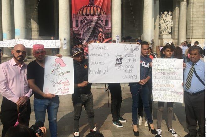 Manifestantes refrendaron su apoyo al artista Fabián Cháirez, cuya pintura La Revolución ha causado polémica por su representación del caudillo.