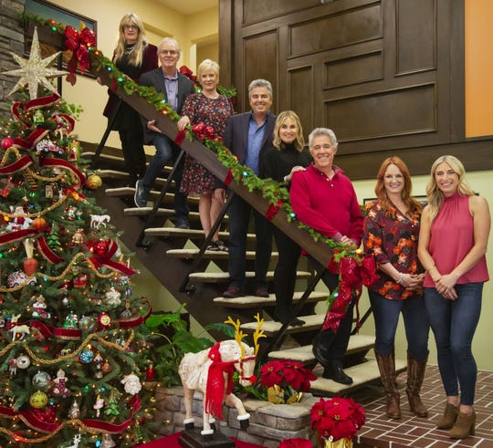 """'The Brady Bunch' cast members (Susan Olsen, from left, Mike Lookinland, Eve Plumb, Christopher Knight, Maureen McCormick and Barry Williams) joined Food Network's Ree Drummond and HGTV's Jasmine Roth for HGTV's """"A Very Brady Renovation: Holiday Edition."""""""