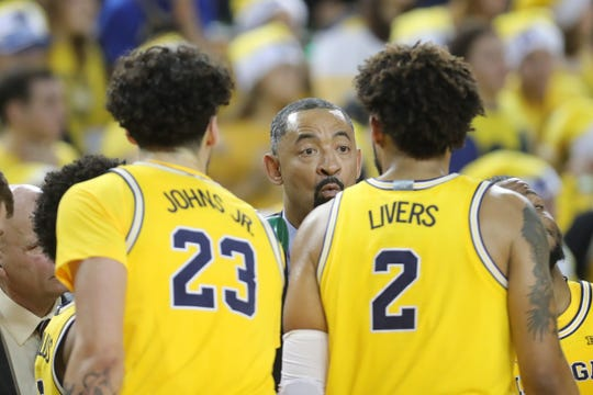 Michigan coach Juwan Howard talks to his players during U-M's 71-70 overtime loss to Oregon on Saturday, Dec. 14, 2019, at Crisler Center.
