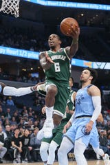 Bucks guard Eric Bledsoe drives to the basket in the first quarter.