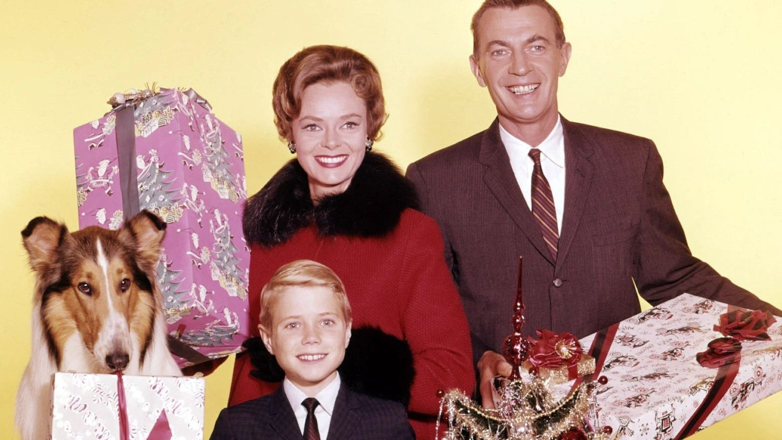 62297e24 d65e 462a 888a 443e1290f1c5 4  Jon Provost June Lockhart Hugh Reilly and Lassie pose for a Christmas photo jpg?crop=1568,882,x0,y64&width=1568&height=882&format=pjpg&auto=webp.'