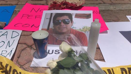 Detalle de una ofrenda de flores y velas junto a una retrato del periodista mexicano José Guadalupe Chan Dzib en Cancún (México).