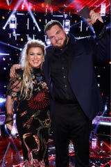 """THE VOICE -- """"Live Finale Results"""" Episode 1720B  -- Pictured: (l-r) Kelly Clarkson, Jake Hoot -- (Photo by: Trae Patton/NBC)"""