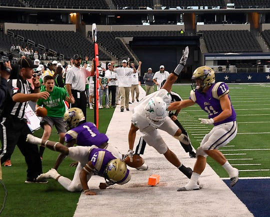 Hamlin's Jevon Williams scores the first touchdown of the game during Thursday's Class 2A Div. II championship game.