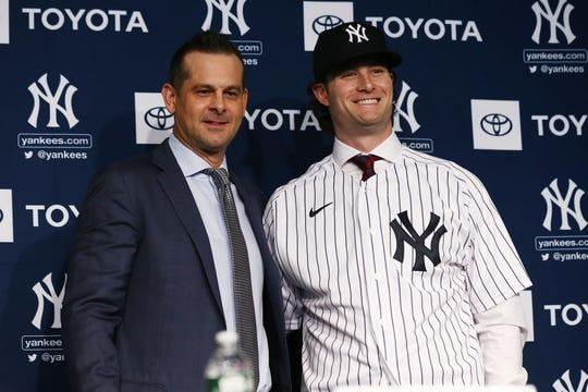 Gerrit Cole posa con su nuevo manager, Aaron Bone.