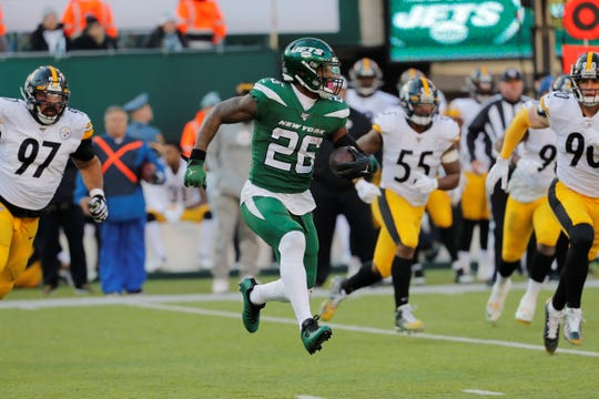 New York Jets running back Le'Veon Bell (26) runs with the ball in the first half of an NFL football game against the Pittsburgh Steelers, Sunday, Dec. 22, 2019, in East Rutherford, N.J. (AP Photo/Seth Wenig)