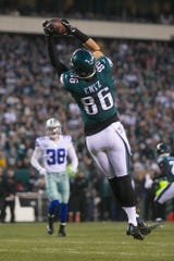 Eagles' Zach Ertz (86) grabs a pass before dropping it after taking a hit in the first quarter Sunday against the Cowboys.