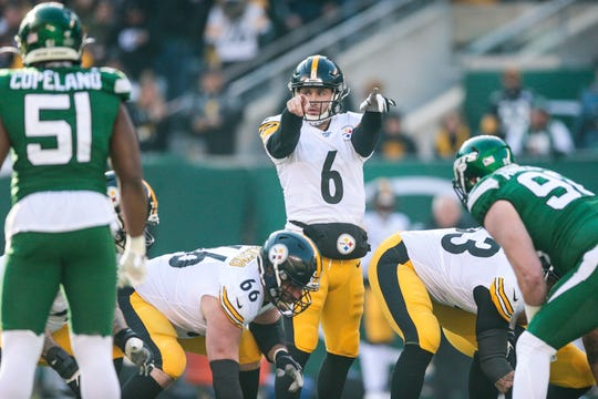 Steelers quarterback Devlin Hodges (6) signals during the first quarter against the Jets.