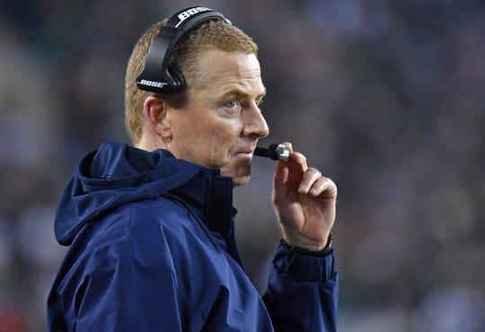 Jason Garrett looks on during Sunday's loss to the Eagles.