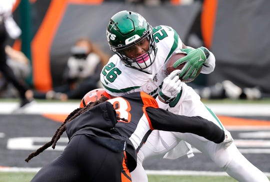 New York Jets running back Le'Veon Bell (26) runs against Cincinnati Bengals earlier this season.