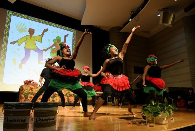 Para penari Desa Alkebu-Lan menampilkan tarian Afrika pada hari pertama perayaan Kwanzaa tahun 2019.