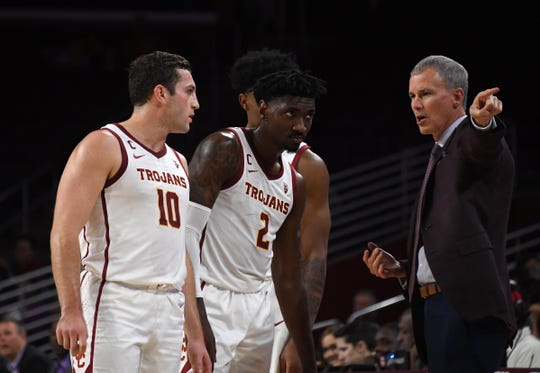 Southern California Trojans head coach Andy Enfield (right) talks with guard Quinton Adlesh (10) and guard Jonah Mathews (2) in the second half against the Portland Pilots at Galen Center USC defeated Portland State 76-65.