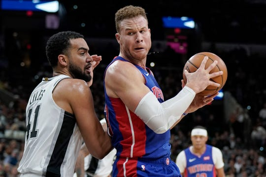Blake Griffin drives against Spurs' Trey Lyles during the first half Saturday.