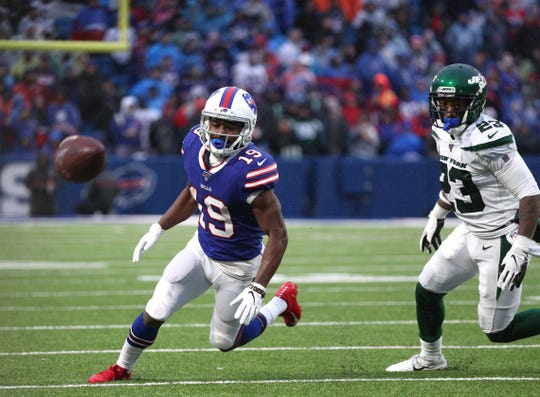 Bills Isaiah McKenzie loses this end around but the play was ruled an incomplete pass.