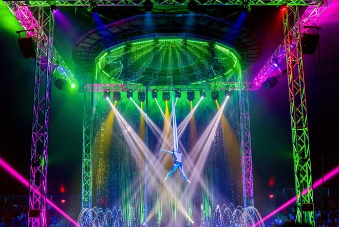 Cirque Italia features a 35,000-gallon water stage.