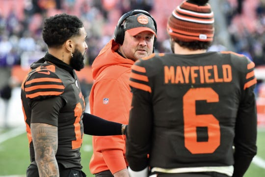 Cleveland Browns head coach Freddie Kitchens talks with wide receiver Odell Beckham (13) and quarterback Baker Mayfield (6) during the second half at FirstEnergy Stadium.