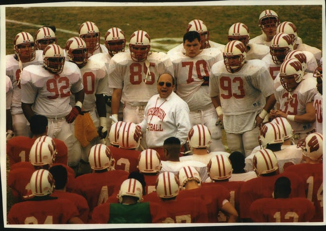 UW football coach Barry Alvarez addresses his players before playing UCLA in the Rose Bowl .