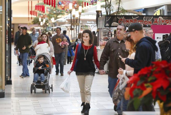 Varias personas caminan en el University Mall en Orem, Utah.