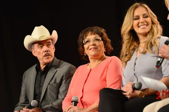 La hermana de la fallecida cantante Jenni Rivera, Rosie (dcha.) habla junto a su padre Pedro Rivera y su madre Rosa Rivera, durante una rueda de prensa.