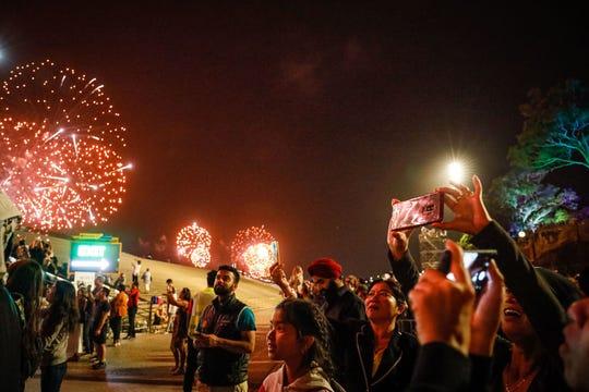 Los fuegos artificiales explotan sobre el Sydney Harbour Bridge y la Ópera de Sydney durante la exhibición de medianoche durante las celebraciones de Nochevieja el 1 de enero de 2020 en Sydney, Australia.