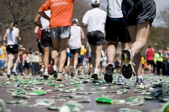 Corredores son fotografiados durante el 112º Maratón de Boston que comenzó en el suburbio de Hopkinton en Boston, Estados Unidos, el lunes 21 de abril de 2008.