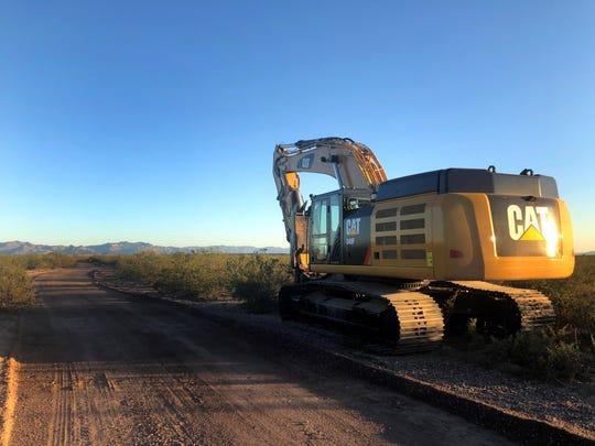 Fotografía cedida por Laiken Jordahl del Centro para la Diversidad Biológica donde se muestra una excavadora estacionada en una ruta en el extremo este del Refugio Nacional de Vida Silvestre San Bernardino en el Condado de Cochise, Arizona.