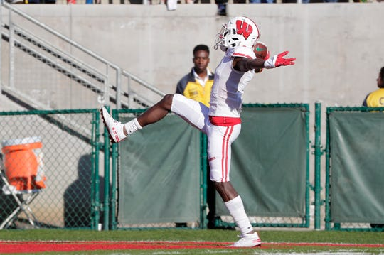 Badgers wide receiver Aron Cruickshank returns a kickoff for a touchdown in the first quarter.