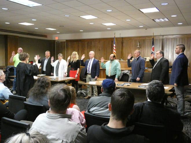 Marion Municipal Court Judge Teresa Ballinger administers the oath of office to the new Marion City Council members Wednesday.