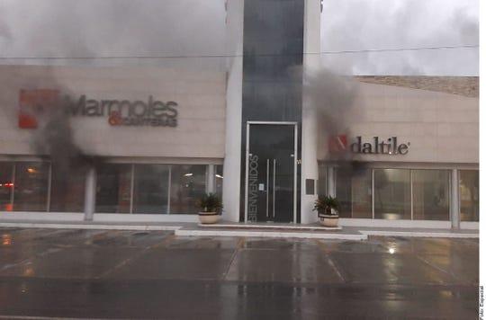 Un negocio de mármoles y venta de pisos fue incendiado por los delincuentes en Nuevo Laredo.