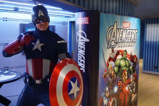"""Fotografía fechada el viernes 26 de enero de 2018, muestra al Capitán América mientras posa en el crucero """"""""Disney Magic"""""""", donde se presentó el """"""""Marvel Day at Sea"""""""", un día en el que los superhéroes y villanos toman el barco, en Miami (EE.UU.)."""