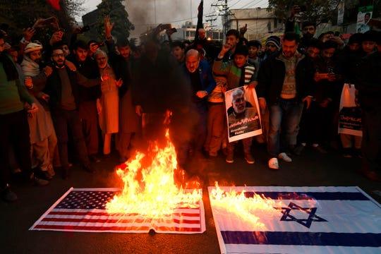 En Irán varias personas protestan contra el gobierno de EEUU.