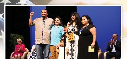 El concejal por el distrito 8 de la Ciudad de Phoenix,  Carlos Garcia, posa con su familia tras juramentarse en su nuevo cargo el 6 de junio del 2019 en el Orpheum Teatre de Phoenix, Arizona.