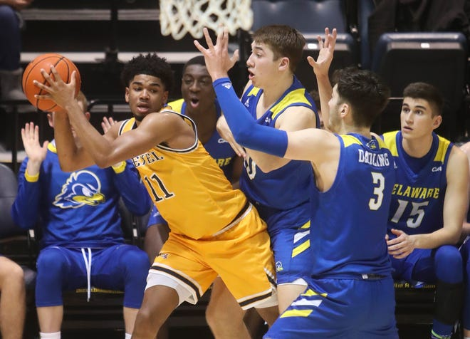 Delaware's Johnny McCoy (center) and Nate Darling try to get the ball from Drexel's Camren Wynter on an inbounds late in the second half of Delaware's 61-55 loss in Philadelphia Friday.
