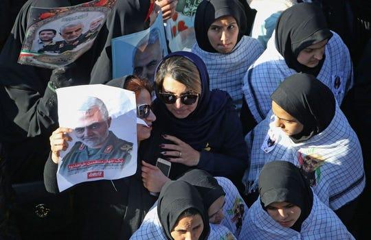 Miles de personas asistieron al crtejo fúnebre del general Qasem Soleimani.