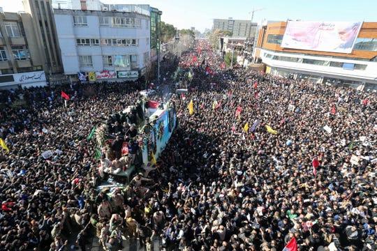 Una multitud en Irán rodea el camión que lleva los restos del general Qasem Soleimani.