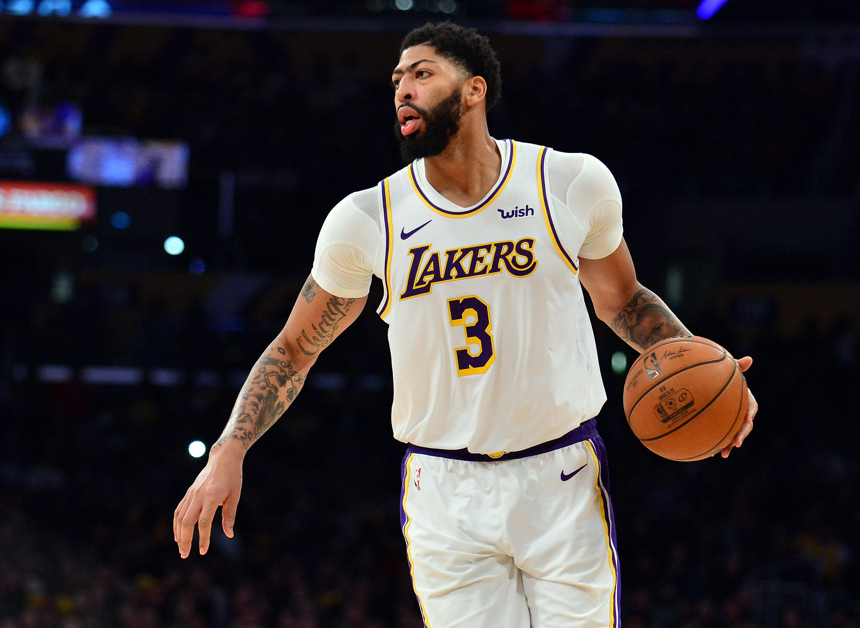 Anthony Davis declines Lakers' extension but expected to stay in L.A.