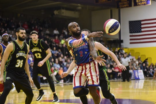 Dizzy of the Globetrotters passes the ball in front of a crowd of more than 2,000 in Lexington.