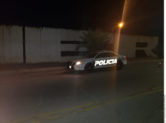Una patrulla municipal de Mexicali vigila la franja fronteriza.