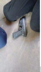 Junto al cuerpo sin vida del alumno agresor quedó una de las armas que usó en el ataque en un colegio de Torreón, Coahuila.